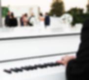הפסנתרן - קבלת פנים פסנתר כנף לבן