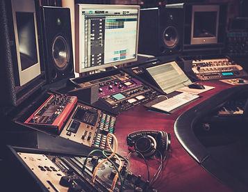 יש לחבר/ה שלכם שיר טוב, אבל ההקלטה שלו פחות טובה?  העבירו את השיר אלינו, ותנו למומחים שלנו להפוך את השיר שלכם משיר שנשמע חובבני, לאחד שנשמע הכי מקצועי שיש. ניקח את השיר שלכם, ונחזיר לכם תוצר סופי שנשמע באמת כמו ששיר צריך להישמע.