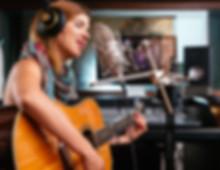 היום תעשיית המוזיקה היא תחרותית מתמיד. שלחו את החבר/ה אלינו, ונקליט את עשרת השירים הכי טובים שלהם, בצורה איכותית ומוקפדת. כשהמוצר המוגמר יגיע אליהם, הם יוכלו לשלוח אותו ללייבלים וחברות תקליטים, תחנות רדיו ומפיקים מוזיקליים. אין דבר שמשקף יותר רצינות מהקלטת סקיצות מקצועית.