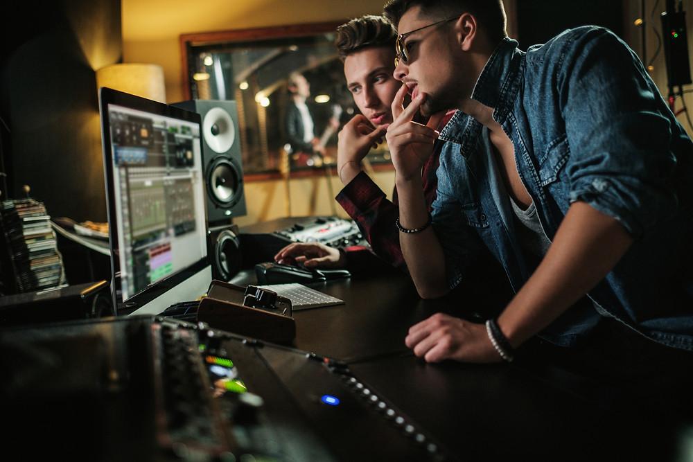 עובדים על שיר להיט באולפן