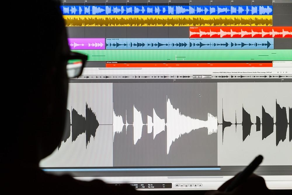 أصنع أغنيتك الأولى في استوديوهات التسجيل