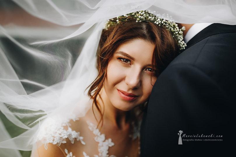 ślub w zalesiu, sesja plenerowa w trakcie wesela, piękna panna młoda, sesj ślubna