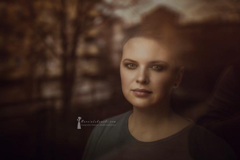 portret kobiety, sesja w domu, sesja na balkonie, portret jesienny, krótkie włosy, delikatny portret, światło zastane