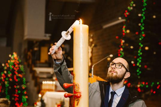 ojciec chrzestny zapala świecę, świeca na chrzest, kościół, ceremonia chrztu, chrzest na Wilanowie