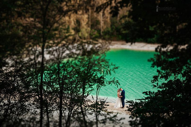 para młoda nad jeziorem, lazurowe jezioro, osadnik gajówka, sesja plenerowa nad jeziorem, zdjęcia nad jeziorem