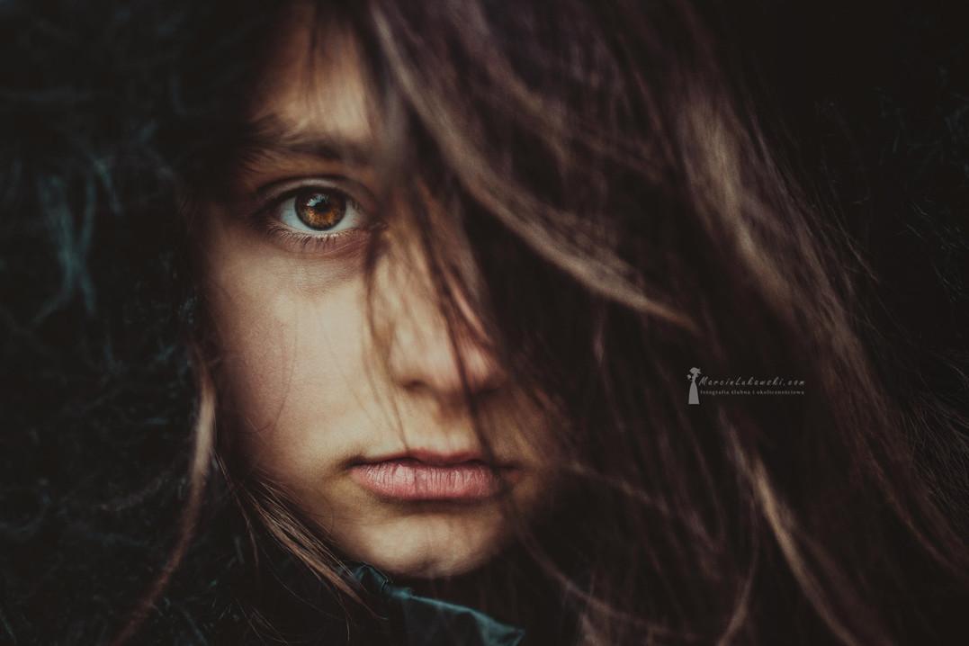 portret w plenerze, portret dziecka, włosy na twarzy, włosy na ochach, oko, włos, usta, nos, dziecko, dziewczynka