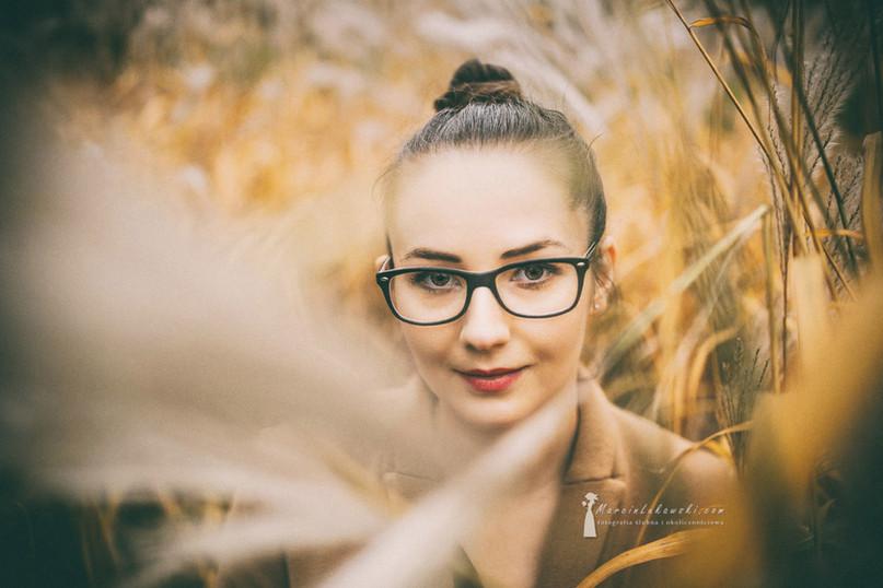 portret kobiety, sesja w plenerze, portret jesienny, kok na głowie, okulary