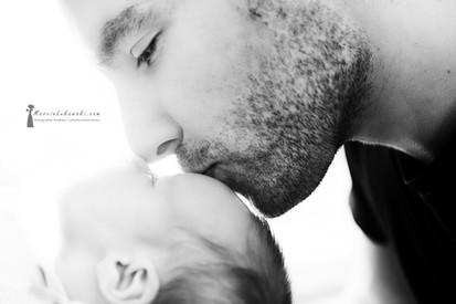 sesja rodzinna, sesja w domu, fotograf do sesji, dziecko z rodzicami, sesja rodzinna w domu, zdjęcia w domu, ojciec trzyma dziecko, zdjęcia po narodzinach, miłość ojca, ojcowskie uczucie
