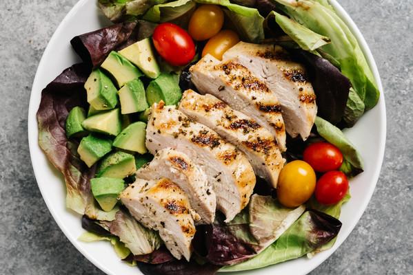 Whole30 salat s grilovanym kuretem avoka