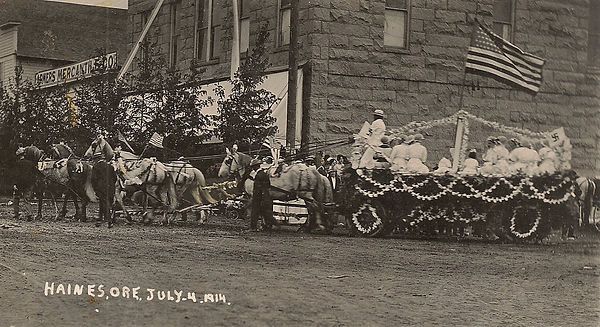 Haines Fourth Of July 1914 Float.JPG
