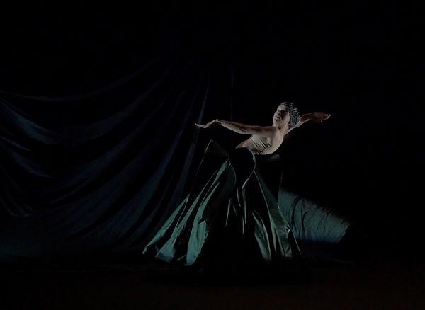 Chaque fois marionnette théâtre danse 8.jpg
