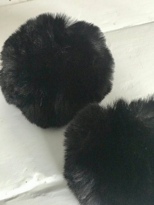 Black Snap Pom Pom (2)