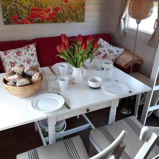Aufgeklappter Tisch für vier Personen