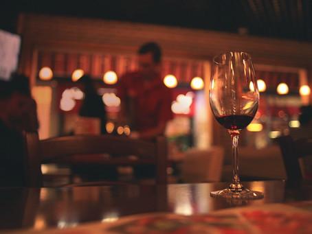 Já pensou na maneira correta de segurar uma taça de vinho?