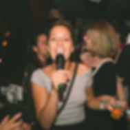 Chica cantando Caverna Cantabar