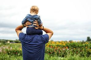 תינוק על הכתפיים.jpg
