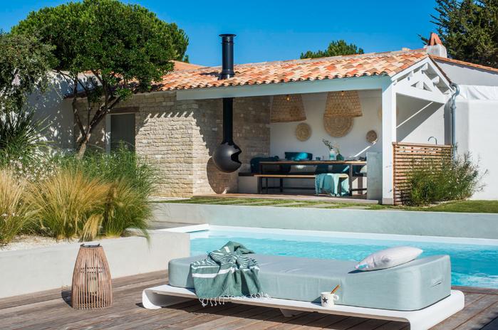 Ambiance bord de piscine, Mister Blue Sky, cousin flotant Jackie, foyer Focus sous la terasse, décoration murale TineKhome