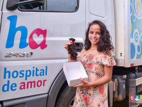 Adolescente corta cabelos e guarda por um ano para entregar ao Hospital de Amor