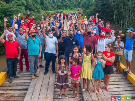 Moradores do Assentamento do Polo Agroflorestal recebem ponte em madeira totalmente nova.