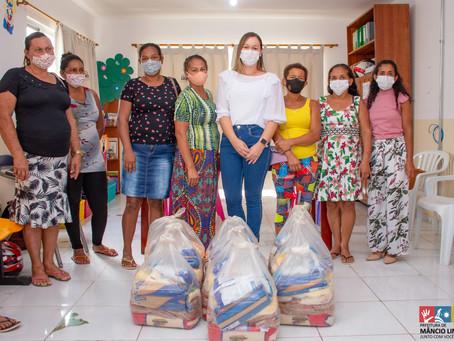 Secretária de Assistência Social entrega cestas básicas para mulheres de Mâncio Lima