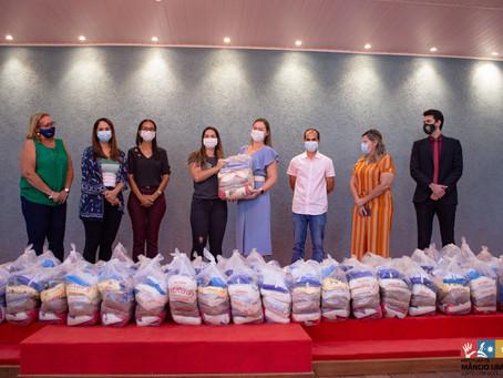 Primeira-dama de Mâncio Lima recebe cestas básicas para mulheres em situação de violência doméstica