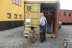 Lasse og Arne prøver at få plads til alt