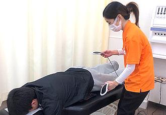 電気治療器による治療.jpg