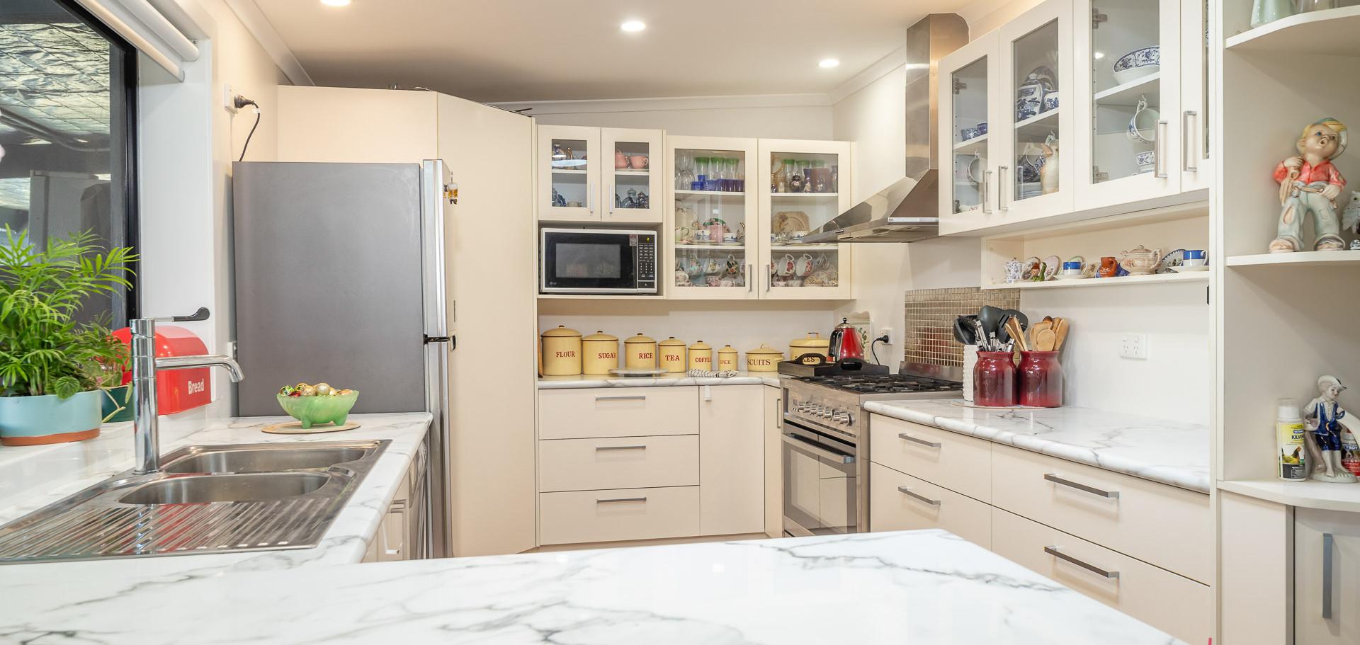 44 Sharnie Web Kitchen2.jpg