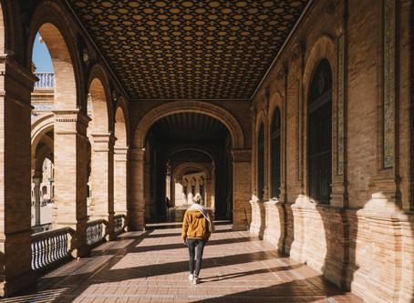 Mujeres que prefieren viajar solas, los destinos que recomienda Booking