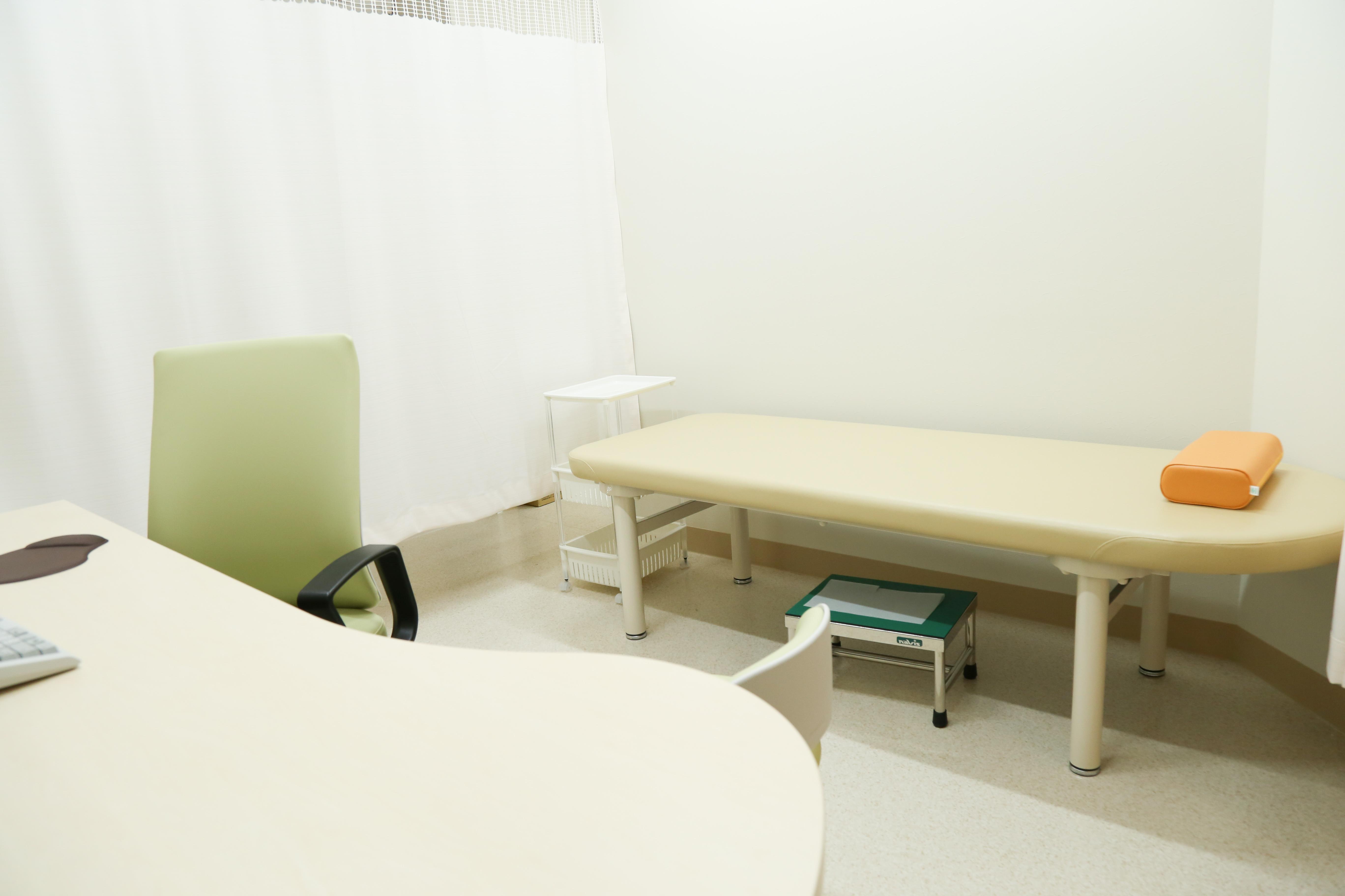 幅70センチ、長さ190センチの安定感のある診察台