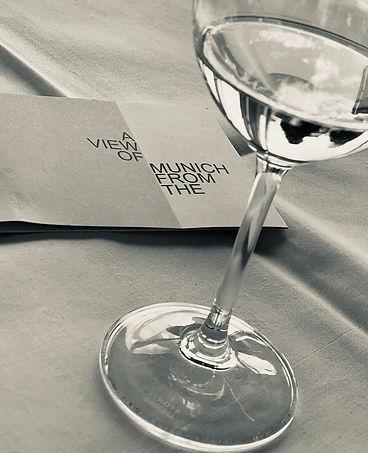 Glas Wein Terrasse Hotel Bayerischer Hof