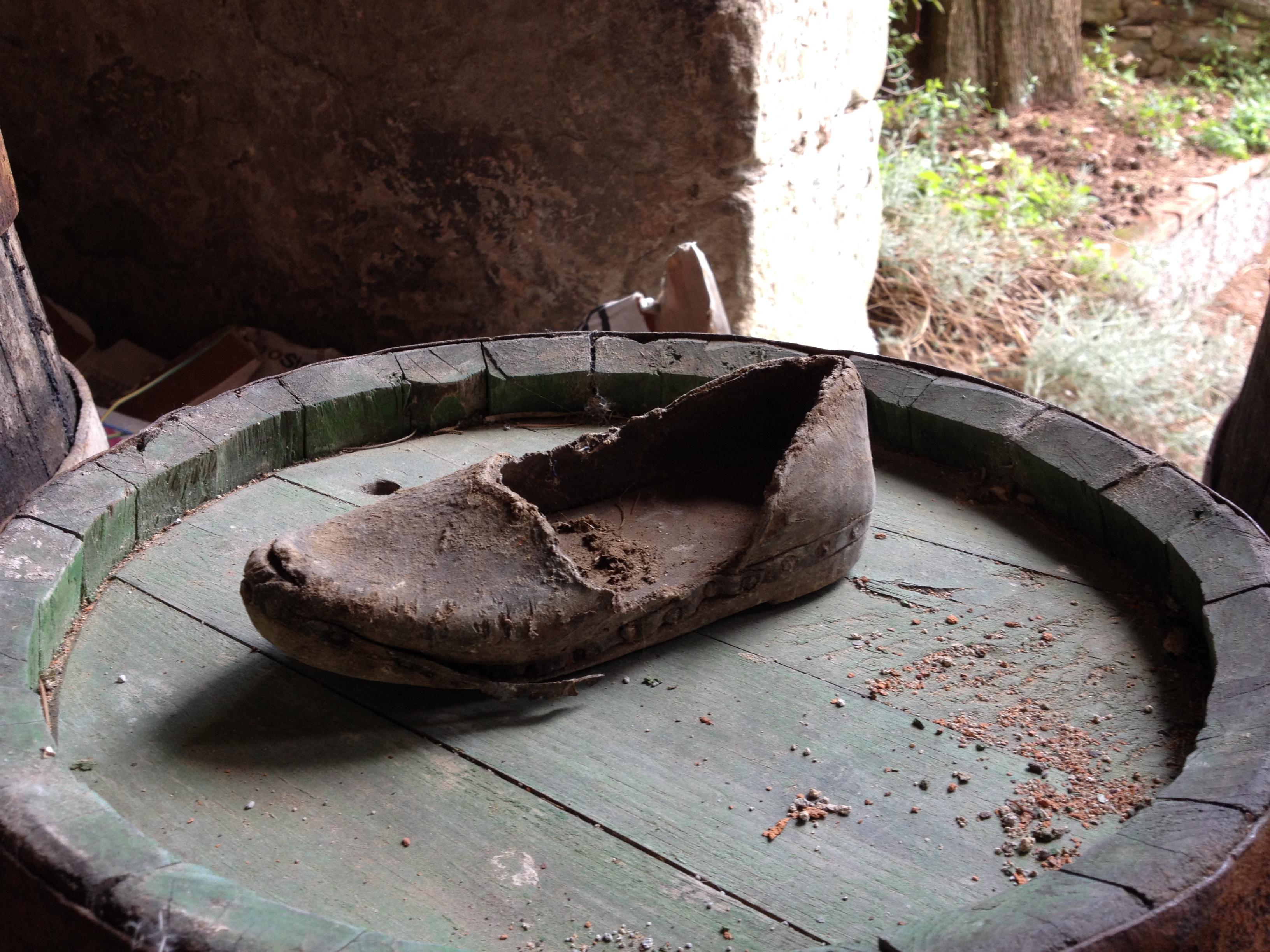 Antica scarpina in legno e cuoio