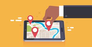 pessoa adicionando um alfinete em um mapa em um tablet