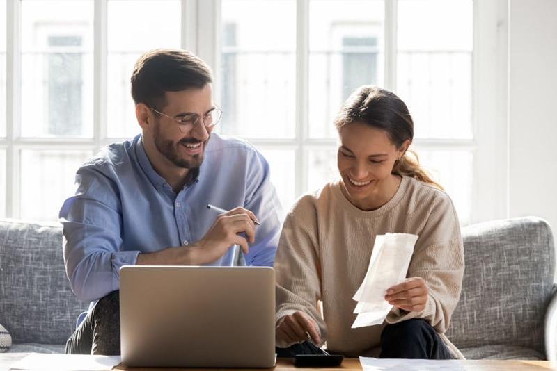duas pessoas calculando impostos