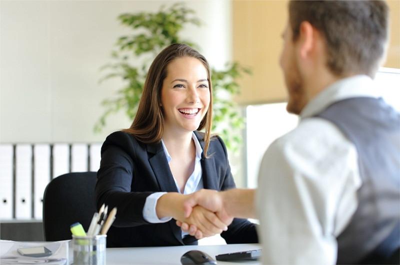 pessoa fidelizando um cliente
