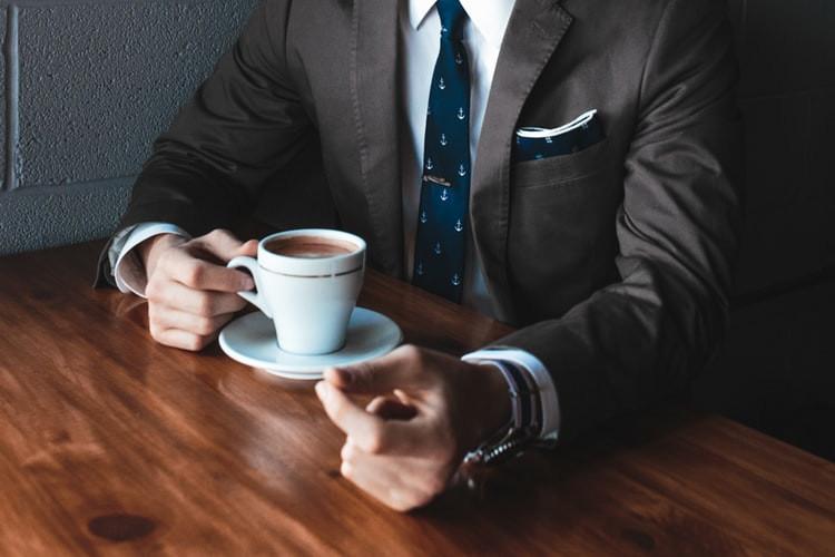 vendedor tomando café
