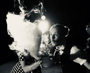 Cache-cache derrière la fumée