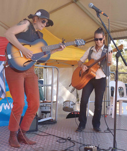 Ashlea Reale and Ny Slim perform indie r