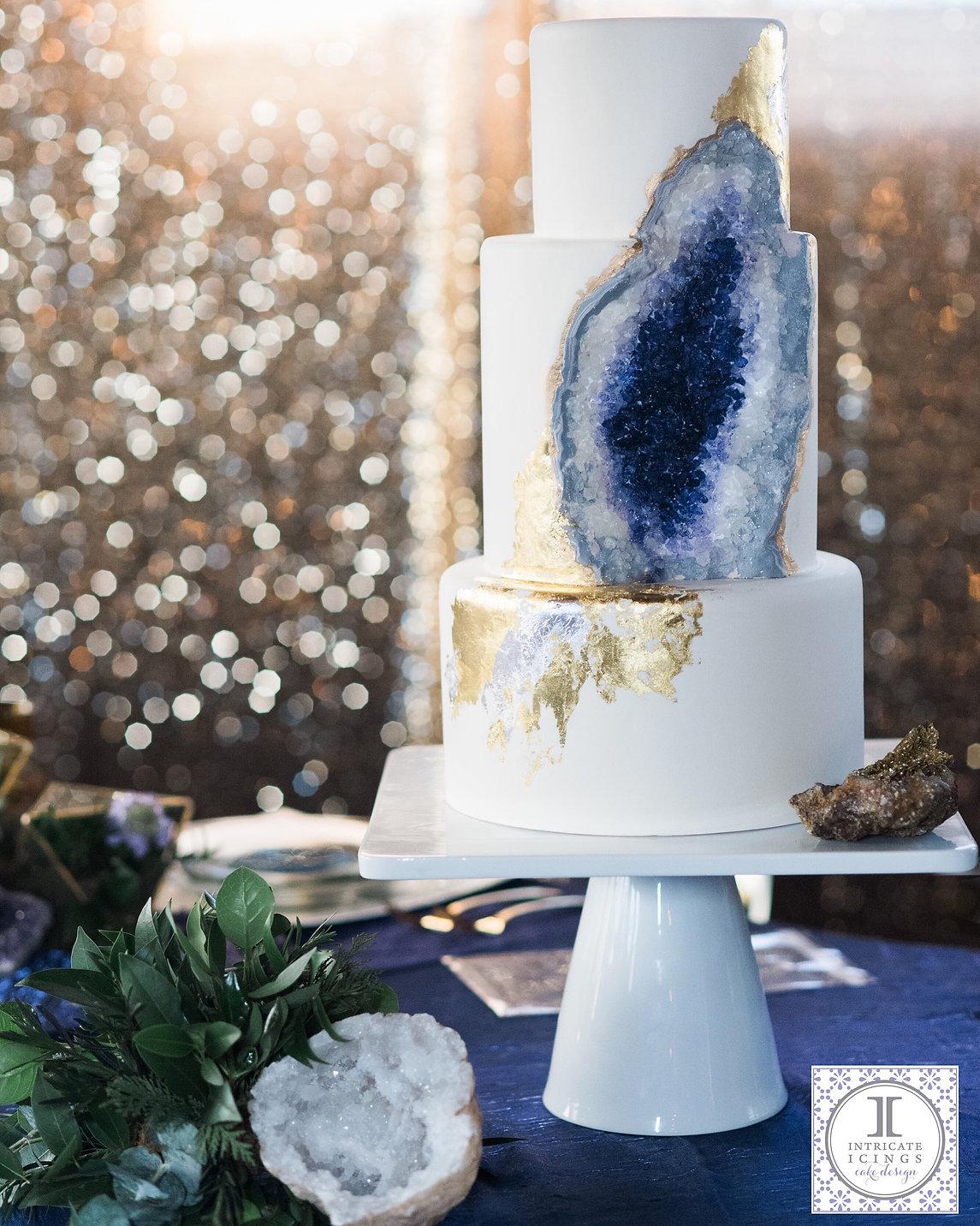 Foto einer Hochzeitstorte mit Geode-Effekt. Eingebunden von intircateicings.com