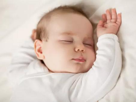 Bébé a la tête plate : que faire en cas de plagiocéphalie ?