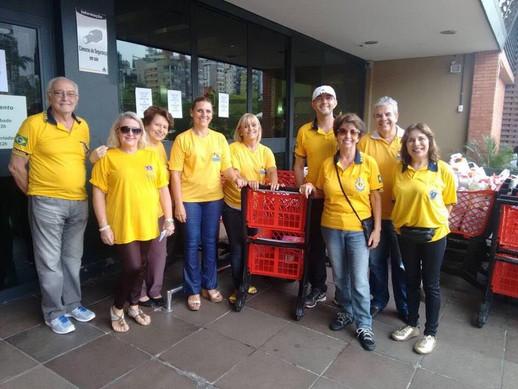 """Trabalho """"Sábado Solidário"""", solicitamos alimentos em supermercados para o Banco de Alimentos, que distribui a entidades cadastradas"""