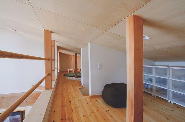 ⑥長岡美沢の家 2階リビングとつながるロフト。収納やおもちゃスペース、物
