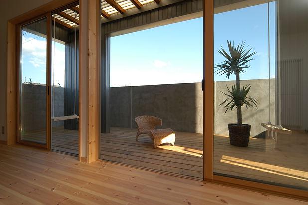 ④山田の家 1階リビングとデッキ 隣地駐車場からの視線を配慮して。ブラン