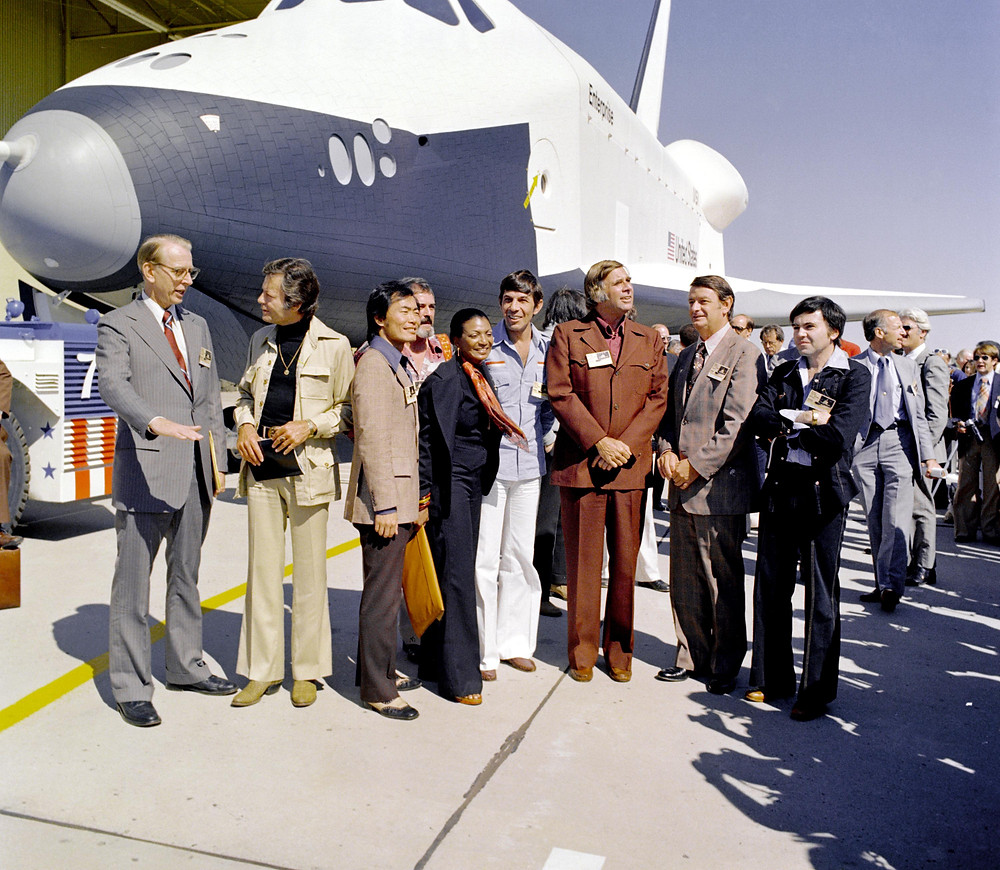Gene Roddenberry vor dem Space Shuttle Enterprise