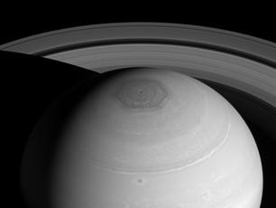 Heiße Zyklone wühlen beide Enden des Saturns auf