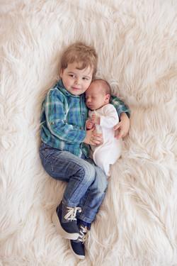 Geschwissterliebe, Neugeborenenfoto, Uster