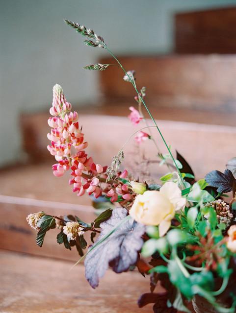 Arrangement printanier  – Fleuriste de mariage à Genève | Évènements | Décoration florale | Lilas et Rose | Fleurs de mariage | Fine art floral studio | Atelier floral suisse | Swiss wedding florist | Geneva floral design & events
