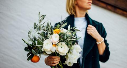 Bouquet d'hiver avec des mandarines  – Fleuriste de mariage à Genève | Évènements | Décoration florale | Lilas et Rose | Fleurs de mariage | Fine art floral studio | Atelier floral suisse | Swiss wedding florist | Geneva floral design & events