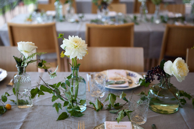 Décoration de table, couleurs blanches et blush – Fleuriste de mariage à Genève | Évènements | Décoration florale | Lilas et Rose | Fleurs de mariage | Fine art floral studio Lilas & Rose | Atelier floral suisse | Swiss wedding florist | Geneva floral design & events