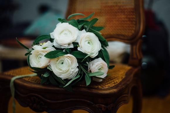 Bouquet de mariée avec les renoncules – Fleuriste de mariage à Genève | Évènements | Décoration florale | Lilas et Rose | Fleurs de mariage | Fine art floral studio | Atelier floral suisse | Swiss wedding florist | Geneva floral design & events